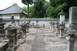 800px-Mita_feudal_lord_Kukis_grave_yard_J09_25